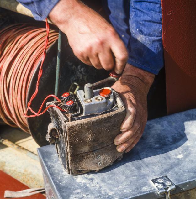 sprengmeister beim zünden einer Sprengladung im Tunnelbau oder steinbruch